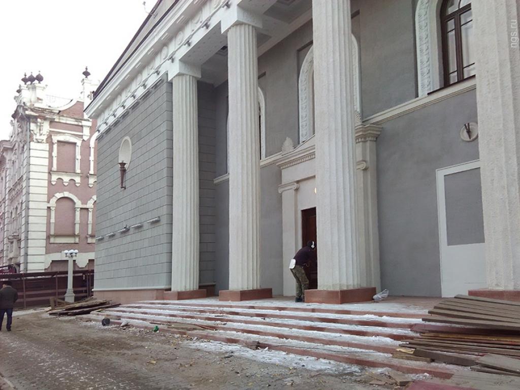 u-teatra-pushkina-snesli-chast-zabora-i-otkrili-obnovlenniy-fasad