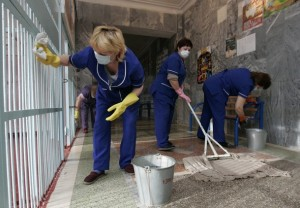 Cleaners perform sanitization procedures in a school in Russia's southern city of Stavropol, November 25, 2009. A one-week home quarantine for school children in all schools of Stavropol was imposed by local authorities as a preventive measure against the flu virus. REUTERS/Eduard Korniyenko  (RUSSIA HEALTH EDUCATION)